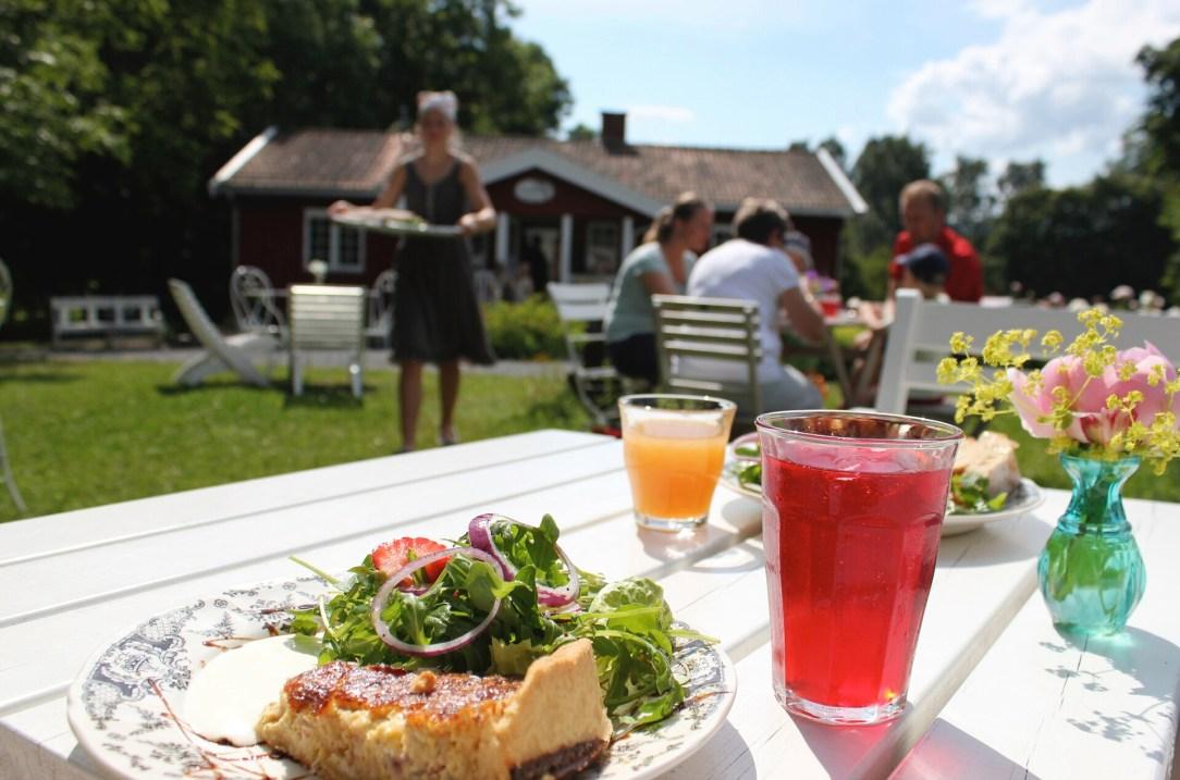 Bord med mat og drikke Helgøya