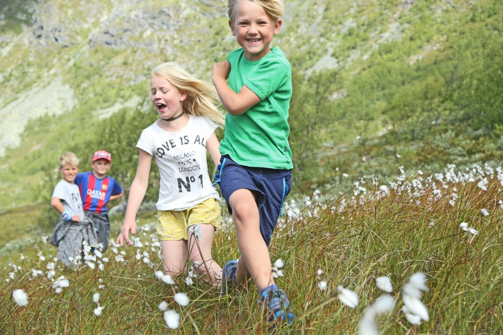 Barn på lek i fjellet i Hemsedal