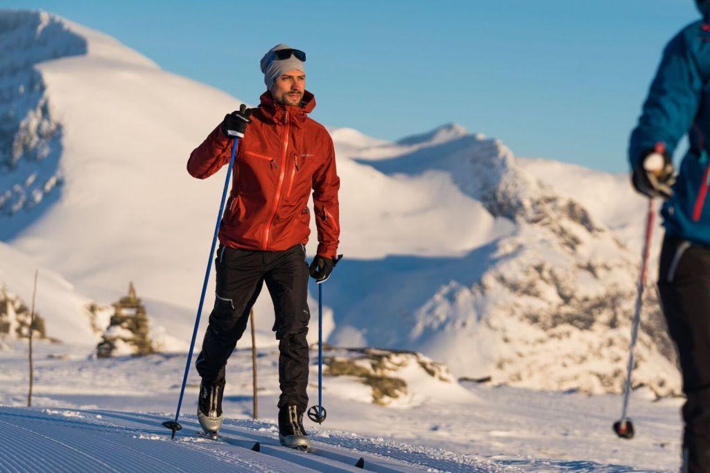 Mann går på ski i rød anorakk på Hoven i Loen i Nordfjord