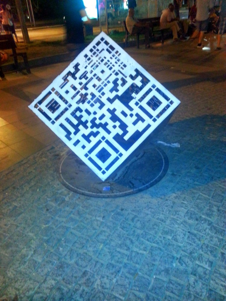 QR CODE IN THE CENTER / QR KOD U CENTRU