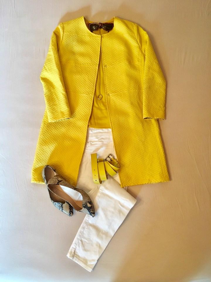 Die Farbe gelb im Sommer - gelber Mantel mit weißer Jeans