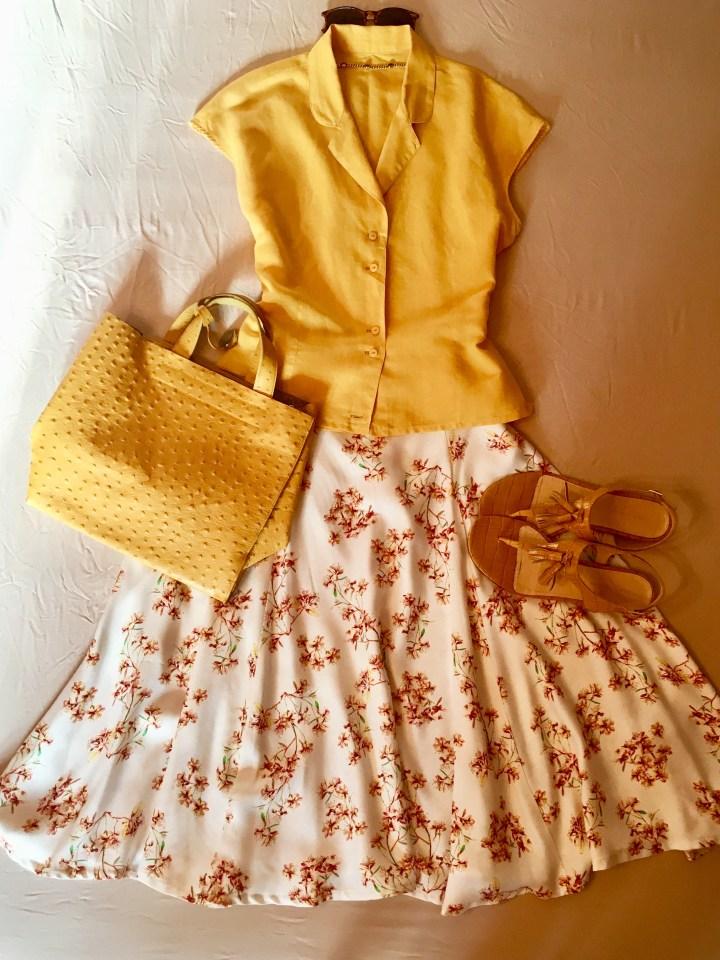 sommerrock mit blumen und accessoires in gelb