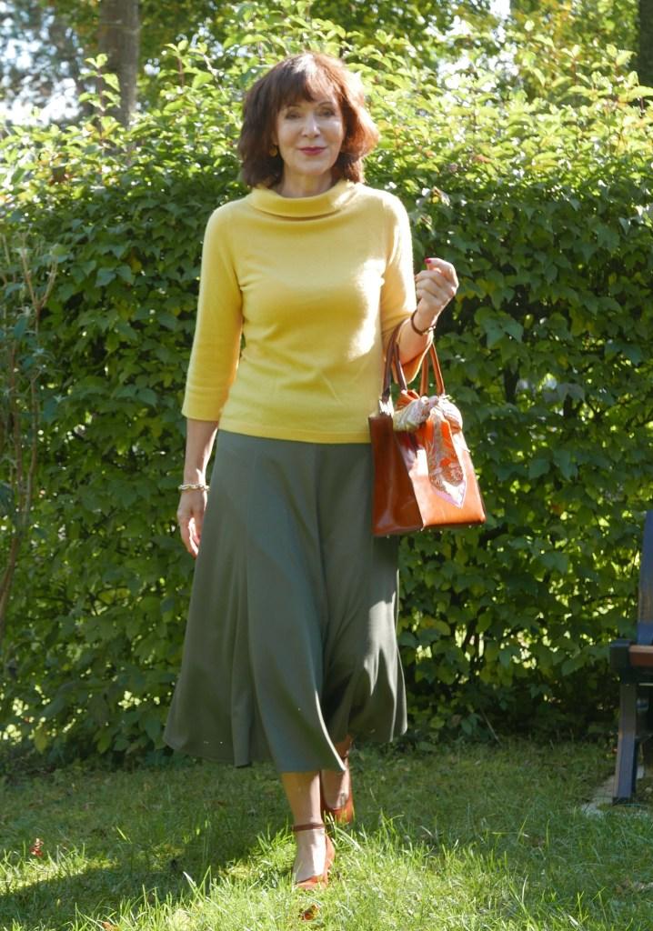 gruener midirock mit gelbem pulli