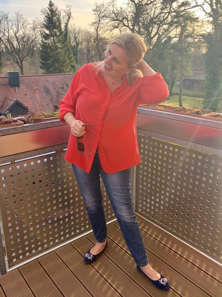 Angelika in roter Seidenbluse