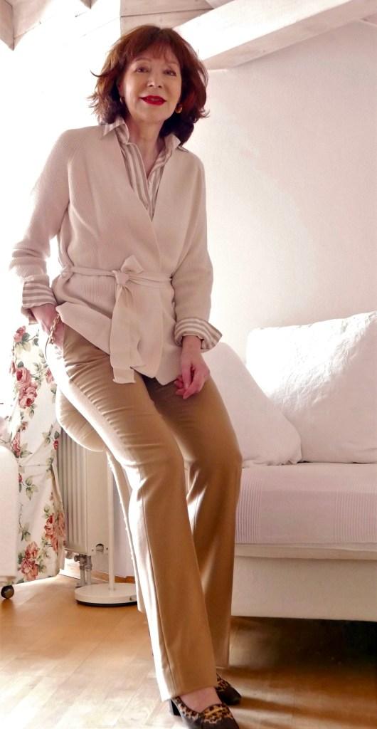 kamelfarbene Hose mit wollweiß