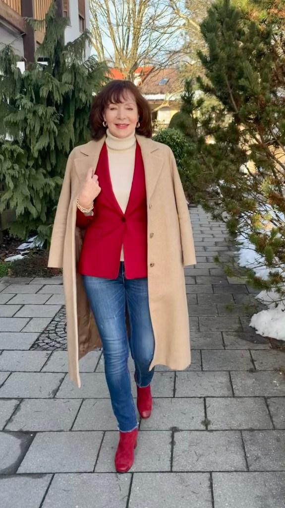 Ein Klassiker im Kleiderschrank: der Kamelhaarmantel mit Jeans