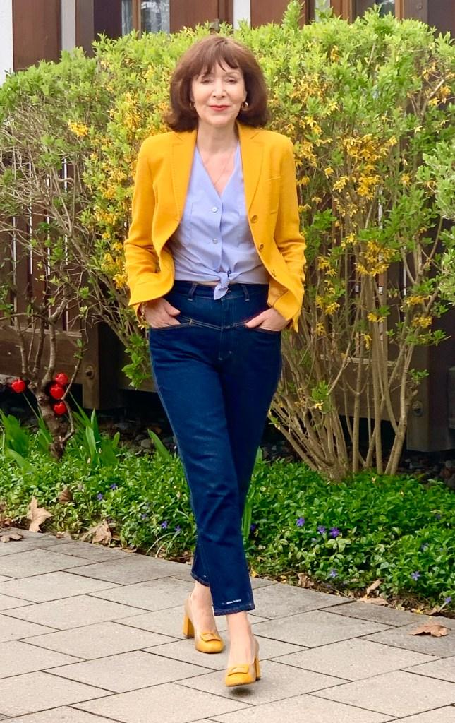 Klassiker im Kleiderschrank: die hellblaue Bluse