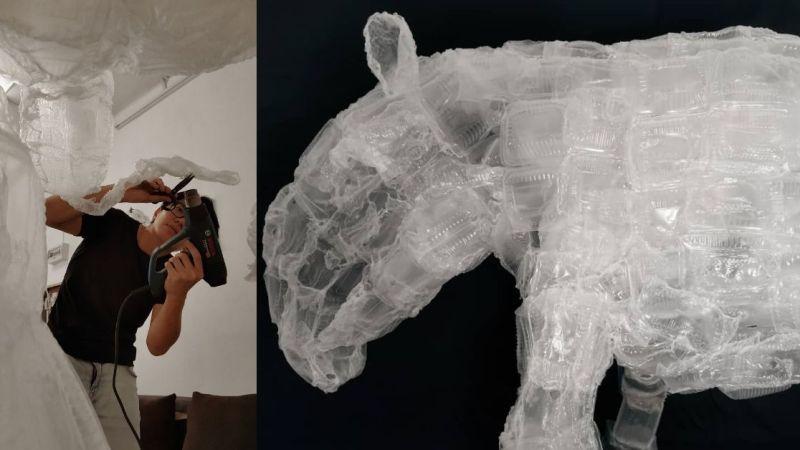 """De M'sian vereeuwigen bedreigde dieren met behulp van het afval dat hen kan doden  Nu de dapao-cultuur (afhaalmaaltijden) in opkomst is, achtervolgt het onvermijdelijke probleem van plastic afval ons nu meer dan ooit. Terwijl sommigen hun steentje bijdragen door plastic alternatieven aan te bieden of meer recyclingmethoden te introduceren, enz., maakt deze Maleisiër van de crisis een educatieve kans. """"We besloten het bewustzijn te vergroten door sculpturen te maken met afgedankte plastic voedselcontainers en tegelijkertijd mensen te laten zien dat het materiaal een tweede leven waard is"""" , deelde Oscar Lee, een van de kunstenaars achter Co2 , met Vulcan Post. Co2 is een kunstproject dat afval opwaardeert tot sculpturen. Momenteel werken ze aan een project genaamd Hutan Tutan met plastic sculpturen van bedreigde dieren in Maleisië.  Oscar beeldhouwt afval tot iets heilzaams / Image Credit: Co2 Van architectuur tot beeldhouwen Naast Oscar maakt Celine, zijn partner, ook deel uit van het team achter Co2, dat in 2017 werd opgericht. Het paar ontmoette elkaar op Taylor's Lakeside en beiden studeerden af in architectonisch ontwerp. Vanaf nu zijn ze gevestigd in Muar. Oscar was zelf nooit een beeldhouwer, maar hij bouwde destijds op de universiteit veel modellen. """"Ik zou zeggen dat ik tijdens mijn jeugd werd geïnspireerd door een tv-show genaamd 'Art Attack' en met het bedrijf van mijn moeder slaagde ik er altijd in om samen met haar wat handwerk of sculpturen te maken."""" Voorafgaand aan Hutan Tutan was het allereerste project waar het duo aan begon Eyes of the Guardian, een kunstinstallatie gemaakt met afgedankte shuttles en aluminium blikjes.  De shuttles die dit angstaanjagende beest hebben gemaakt / Image Credit: Co2 Hutan Tutan is een project gericht op het vergroten van het bewustzijn van bedreigde dieren in Maleisië door middel van 10 verschillende dierensculpturen. Elke sculptuur wordt geplaatst in een basisschool in verschillende Johor-wijken. Deze dierensculpturen"""