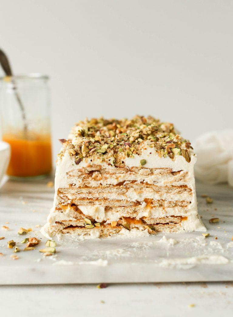 Deze No-Bake Mango & Cardamom Icebox-cake met zoute pistachecrumble is een midzomerdroom