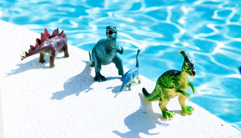 """Sommige dinosauriërs uit het Krijt leefden in extreme hitte  In de hoogtijdagen van de dinosauriërs in het late Krijt, ongeveer 78 miljoen jaar geleden, was het klimaat op aarde zowel warmer als gevarieerder dan we tot nu toe wisten, rapporteren onderzoekers. Dinosaurussen van de noordelijke middelste breedtegraden (45 graden ten noorden van de evenaar) ondervonden gemiddelde zomertemperaturen van 27 graden Celsius (ongeveer 80 graden Fahrenheit). De winters waren ongeveer 15 graden C (59 graden F). Dit is zowel warmer – ongeveer twee graden – als vluchtiger dan de berekeningen uit het late Krijt. Een van de redenen waarom de huidige klimaatmodellen falen, is dat ze geen rekening houden met veranderende seizoenstemperaturen , zegt Nicolas Thibault, universitair hoofddocent aan de afdeling geowetenschappen en natuurbeheer van de Universiteit van Kopenhagen en een van de onderzoekers achter de studie in Communications Earth en Milieu . """"Tot nu toe werden zuurstofisotopen in fossielen uit het Krijt geanalyseerd om de temperatuur gedurende die periode te bepalen. Deze meting was het uitgangspunt voor het hele jaar, zonder rekening te houden met grote schommelingen in seizoenstemperaturen tussen zomer en winter. Zo mocht een momentopname een hele tijdsperiode bepalen"""", zegt hij. Bovendien doen de onderzoekers afstand van het idee dat warme gemiddelde temperaturen schommelingen in seizoenstemperaturen matigen, zoals tegenwoordig in de tropen het geval is. """"Onze resultaten tonen aan dat dinosaurussen op het noordelijk halfrond in extreme hitte leefden, toen de gemiddelde zomertemperatuur schommelde rond de 27 graden [Celsius]. Zo kan men zich goed voorstellen dat er zomerdagen waren met temperaturen tot boven de 40 graden. De winters waren echter zacht en nat"""", zegt Thibault. Veel CO2 tijdens Krijtperiode Behalve het feit dat reconstructies uit het Krijttijdperk nooit rekening hebben gehouden met seizoensgebonden temperatuurschommelingen, hebben ze nog een ander fundamente"""