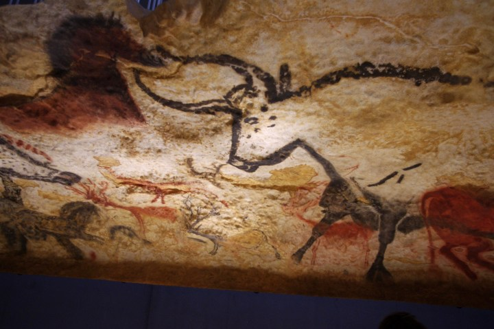 Wat kunst van Neanderthalers ons leert over onze eigen gendervooroordelen  In 2019 ontdekten archeologen in een grot in Duitsland een bot dat was uitgehouwen met een duidelijk chevronpatroon. Dit ogenschijnlijk eenvoudige object haalde enkele dagen geleden de krantenkoppen, toen wetenschappers een paper publiceerden waarin werd geconcludeerd dat de 51.000 jaar oude hertenhoef was gemaakt door een Neanderthaler – een van de weinige voorbeelden van kunst gemaakt door de mensachtige soort . Hoewel ze leefden in een tijd vóór het geschreven woord, boeien de vroege mensen nog steeds onze verbeelding. Van Geico-commercials tot New Yorker-cartoons , de holbewoner leeft in onze gedachten als een bruut die een houten knuppel voortsleept, gekleed in dierenhuiden. Maar ondanks zijn primitiviteit was er altijd één ding dat hem boven de wilde zwijnen en wolharige mammoeten uitstak: hij zette die unieke menselijke activiteit voort om de wereld die hij zag door middel van kunst weer te geven. Als criticus van moderne en hedendaagse kunst die zich richt op vrouwelijke kunstenaars, denk ik niet vaak aan kunst gemaakt vóór 1900, dus de ontdekking van het bot deed natuurlijk denken aan de weinige andere prehistorische kunstwerken die ik ken, met name de grottekeningen die de inleidende lezing vormen van bijna elke westerse kunstgeschiedenisklas. Als feministische criticus weet ik echter altijd dat er meer in het verhaal zit dan wat de leerboeken te zeggen hebben. Zou hetzelfde kunnen gelden voor deze meer dan oude kunst? Toen ze in 1940 werden ontdekt, werd aangenomen dat de grotschilderingen in Lascaux zijn gemaakt door de holbewoners die daar woonden. Ze vormden visuele verslagen van de jachten waaraan ze deelnamen, hoewel het specifieke doel van de schilderijen grotendeels onbekend blijft. Maar wat als het niet de vroege man was – maar zijn vrouwelijke tegenhanger – die deze tekeningen maakte? Zouden onze ideeën over kunst veranderen? Met wat onderzoek (en interesse in het in twijf