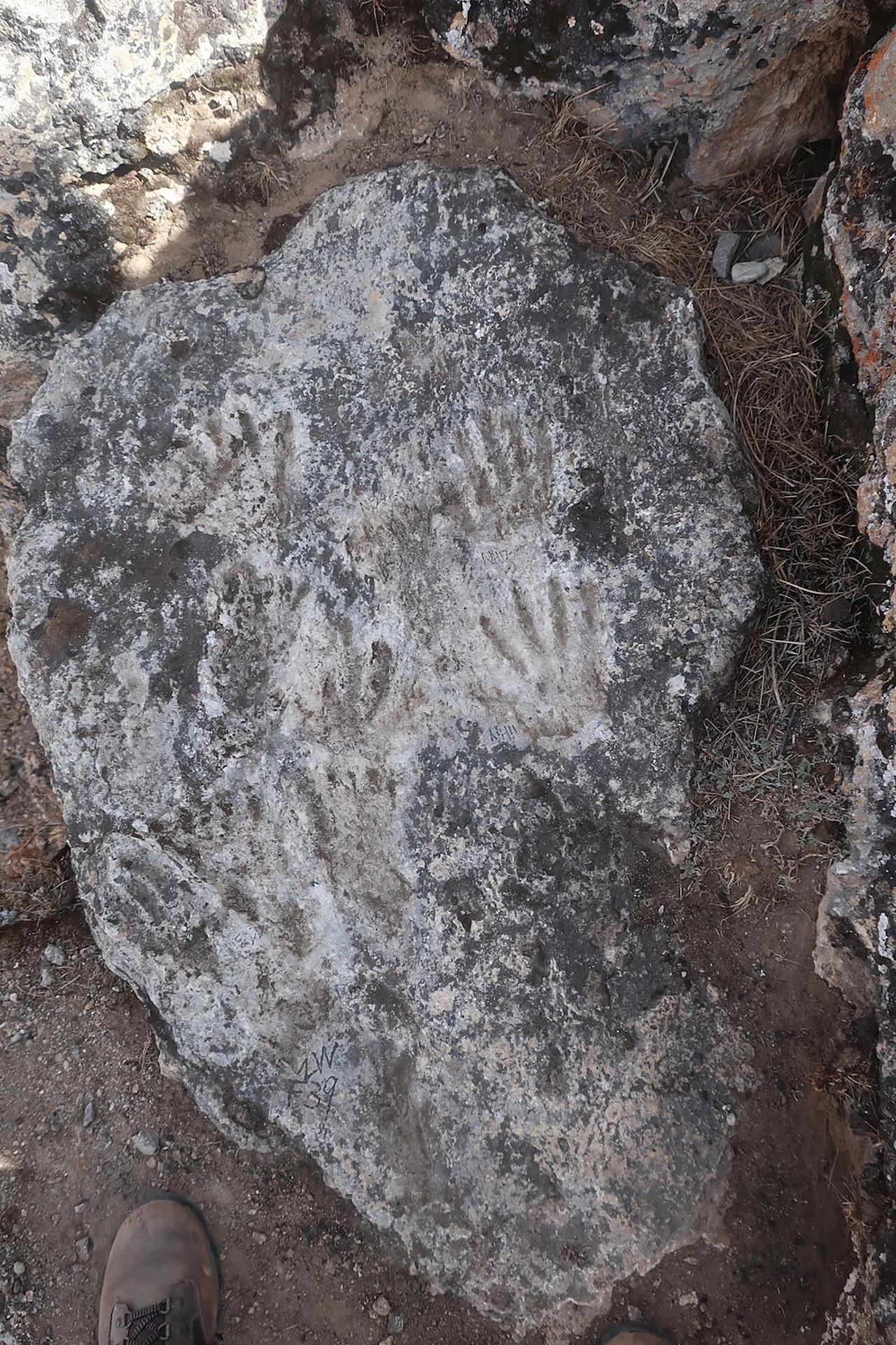 Archeologen ontdekken hand- en voetafdrukken van kinderen in wat wordt beschouwd als de oudste grotkunst tot nu toe