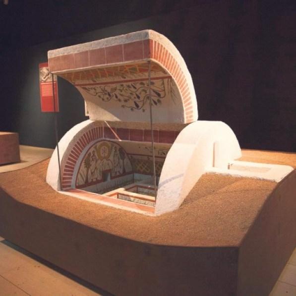 Maketa-grobnice-izlozena-u-Bgd