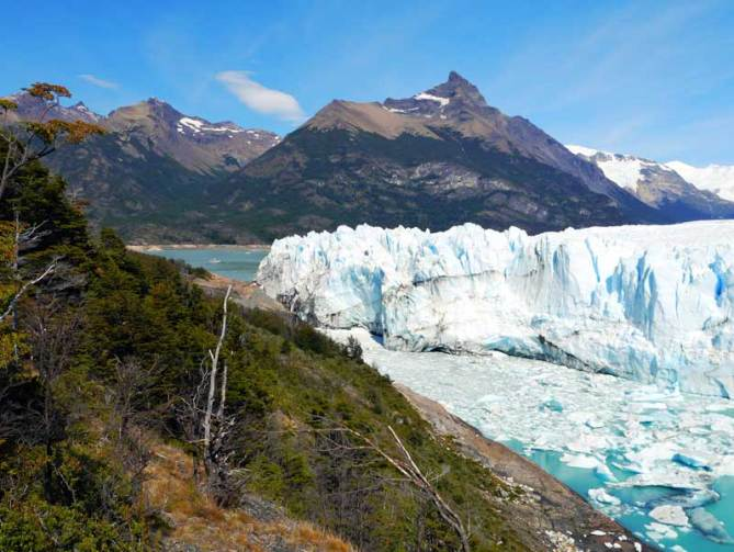 The glacier splits Argentino lake in two parts. The water level difference between them can reach 30m. Perito Moreno backpacker's guide