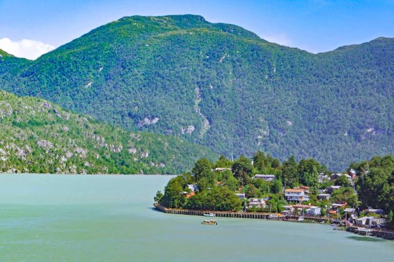 Caleta Tortel, green lake, mountains covered in the forest