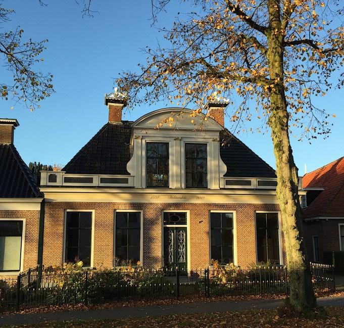'1838 Doktershûs 2012'. De naam werd onthuld door de Stichting Monumentenzorg Leeuwarderadeel. op 20 juni 2013. Foto: 25 oktober 2015.