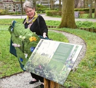 Ontwerpster Baukje Schepping bij het Stinzenflora-informatiebord bij de Schierstins