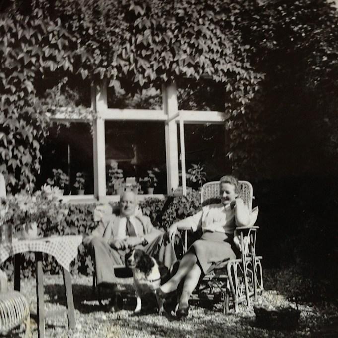 Johannes Bosma, arts, met zijn vrouw Jeltje Kooistra achter de woning. ca. 1946 Foto: Archief A. Bosma.