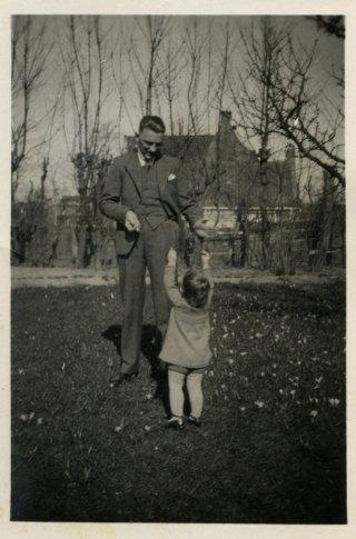 Johannes Bosma in het perk voor de Vleugelnoot met crocussen in het gras, op de achtergrond de Esdoornsingel. Foto, maart 1933. Archief: A. Bosma.