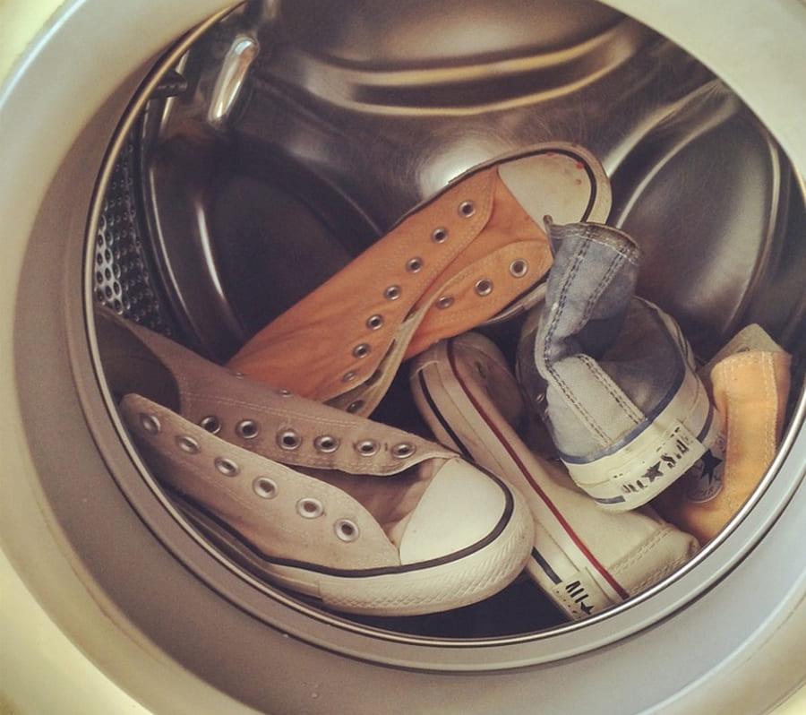 Как постирать кеды в стиральной машине автомат. Безупречная чистота обуви: как добиться в машинке и руками