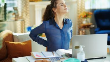 Cum putem evita durerile de spate atunci când muncim de acasă