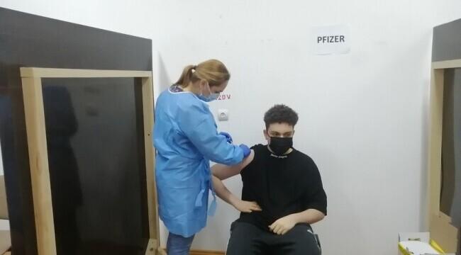 Un adolescent de 16 ani, cel mai tânăr român care s-a vaccinat anti-Covid-19
