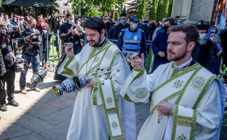 """Nouă preoți din Vaslui, amendați pentru că ar fi mers la o petrecere. """"A fost slujbă de binecuvântare a localului"""""""