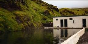 """thermal Seljavallalaug """"secret"""" pool is not so secret nowdays thanks to many people reading about this precious place on the internet. Still so worth visiting! / """"Skrytý"""" Seljavallalaug geotermální bazén se díky internetu stal již celkem turistickou částí Islandu, ovšem to neznamená, že nestojí za to ho navštívit! Horká voda uprostřed netknuté přírody, ticho a mlha zdobící špičky hor. To musíte vidět!"""