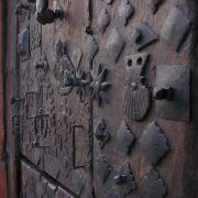 Une porte joliment ornée