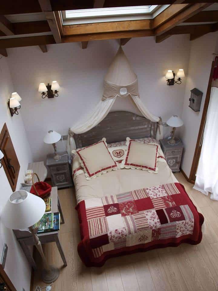Une chambre joliment décorée à Puente la Reina