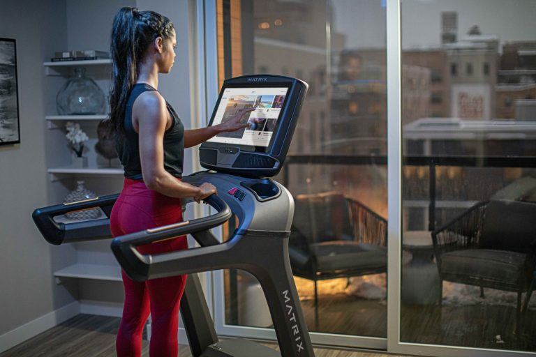 MXR20_LIFESTYLE_RETAIL20 MNPLS female treadmill touch-screen iFit Dashboard-male_back-angle close_lores