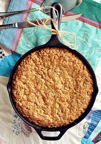 cast_iron_butterscotch-oatmeal_cookie_skillet_with_butterscotch-bourbon_drizzle2