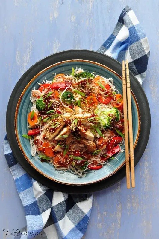 Recipe for Vermicelli Rice Noodles with Stir-fried Chicken and Sriracha-Soy Sauce