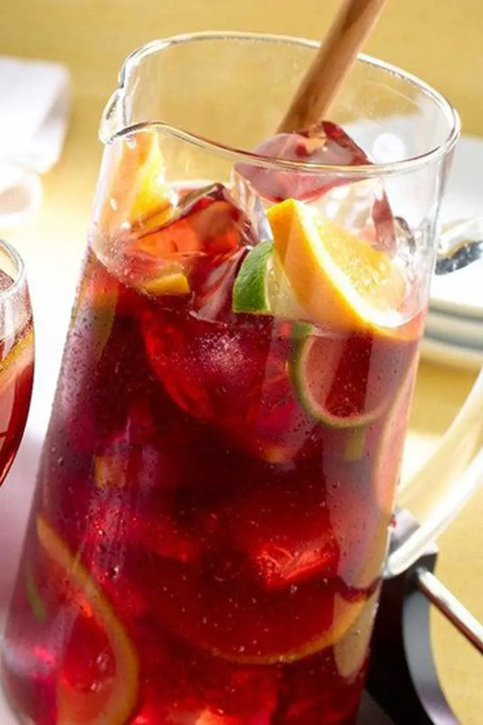 Learn to make delicious sparkling sangria iced tea, with this easy to make recipe. A great combination of bubbles, fruits and tea. #tea #sangria #drinks