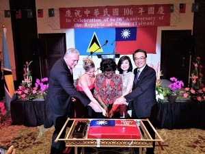 Governor General Dame Pearlette Louisy (middle), Prime Minister Allen Chastanet (left one), Madame Chastanet (left two), Ambassador Shen (right one) and Madame Shen (right two), cut birthday cake together to celebrate the106th anniversary of the Republic of China(Taiwan)