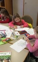 Kinder malen, während die Eltern klönen