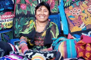 kuna-women-sell-their-molas-for-web