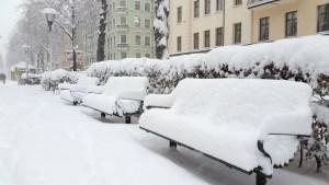 заснеженные лавочки стокгольма после снегопада ноябрь 2016