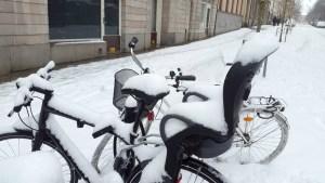 заснеженные велосипеды на улице Стокгольма