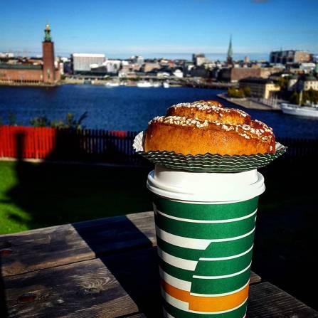 булочка с корицей на фоне ратуши в Стокгольме