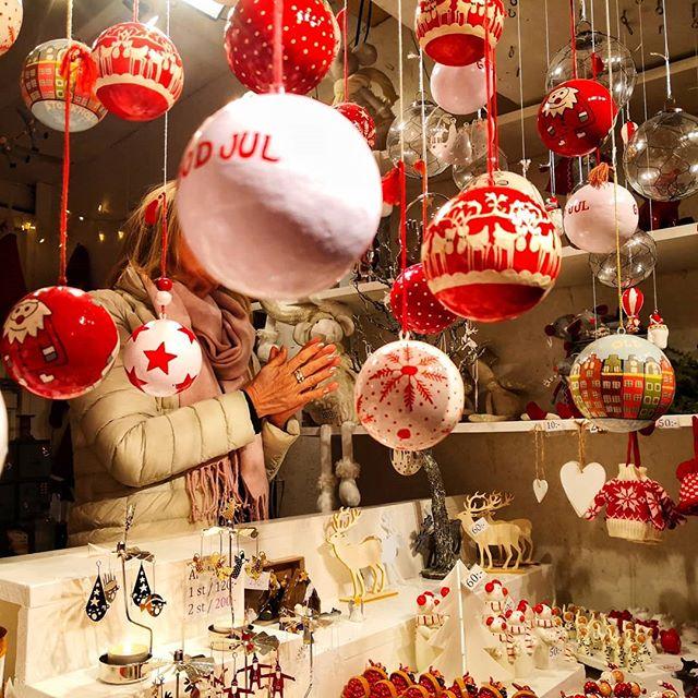Старейшая рождественская ярмарка в Стокгольме и всей Швеции, проводится -аж- с 1837 года! Находится в самом центре Старого города и открыта до 23 декабря (включительно), с 11 до 18.00. Горячий глинтвейн, жареный миндаль, местные сыры и колбасы, разноцветные леденцы, ёлочные украшения, а также другие шведские вкусности и полезности! Ещё можно успеть