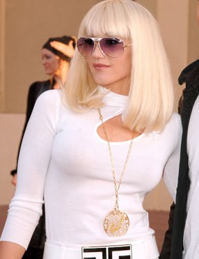 How mod and fabulous! I love her body con dress, her sleek hairdo, the fresh aviators and the fly girl gold flashes!