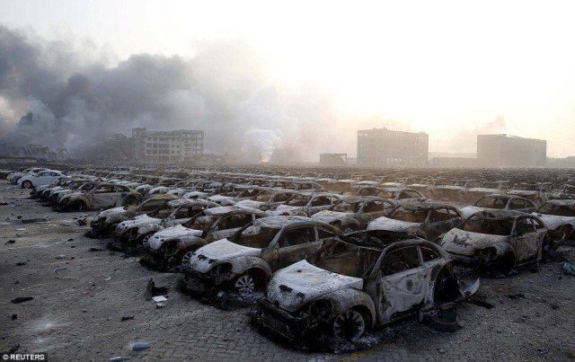Des milliers de brûlé Volkswagen Beetles près de Ground Zero à Tianjin.