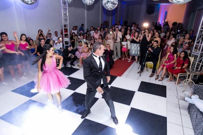 Dança engraçada do pai com filha em sua festa de 15 anos