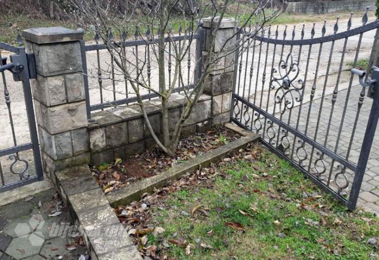 Kužni grob u dvorištu obiteljske kuće Zorana Kraljevića - Pojedini mještani Mokrog i Zvirovića za Božić poste gotovo dan i pol