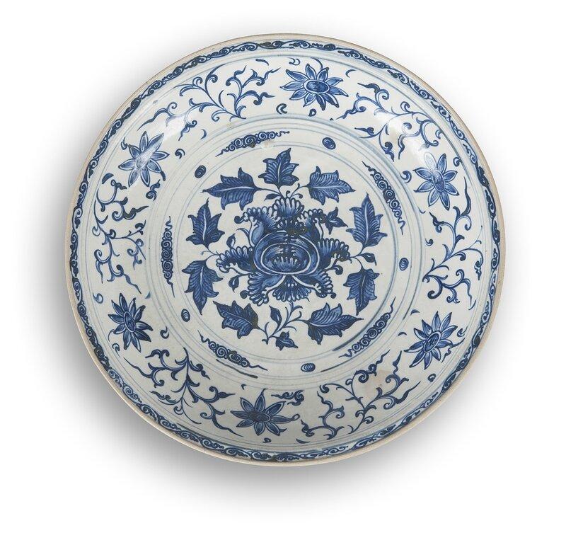 Grand plat en porcelaine blanche émaillée en bleu sous couverte, Vietnam, XVIIe siècle