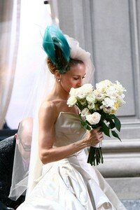 Sarah_Jessica_Parker_holding_a_bouquet_of_white_roses