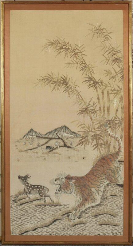 Tenture à décor brodé d'un tigre chassant un axis, Vietnam, Tonkin, début du 20° siècle