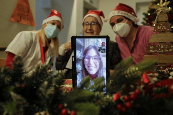 "Santa Claus' ""grandchildren"" spread joy in Italian nursing homes"