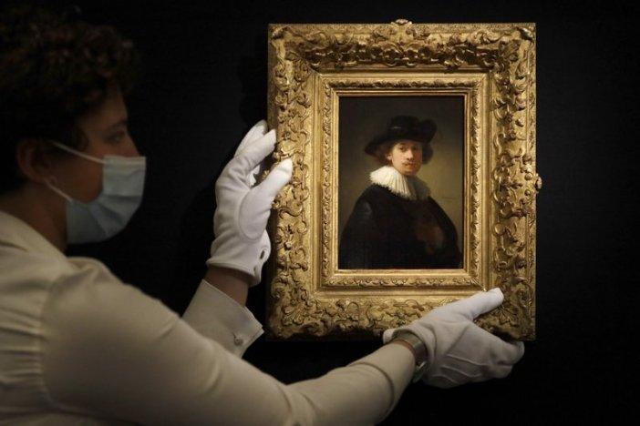 Funcionário da Sotheby's ajusta pintura de Rembrandt, intitulada 'Self-portrait, wearing a ruff and black hat'